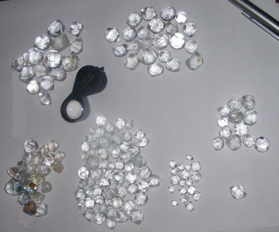 Diamantes brutos naturais